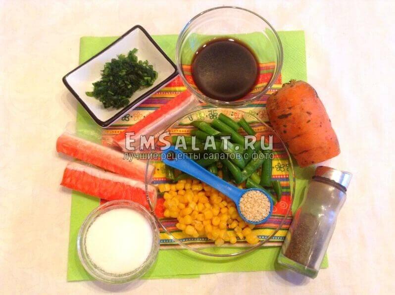 крабовые палочки, петрушка, кукуруза, соль, соевый соус,горох стручковый