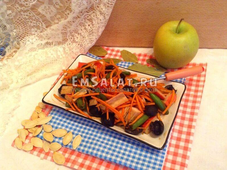 Готовый салат, посыпанный семечками