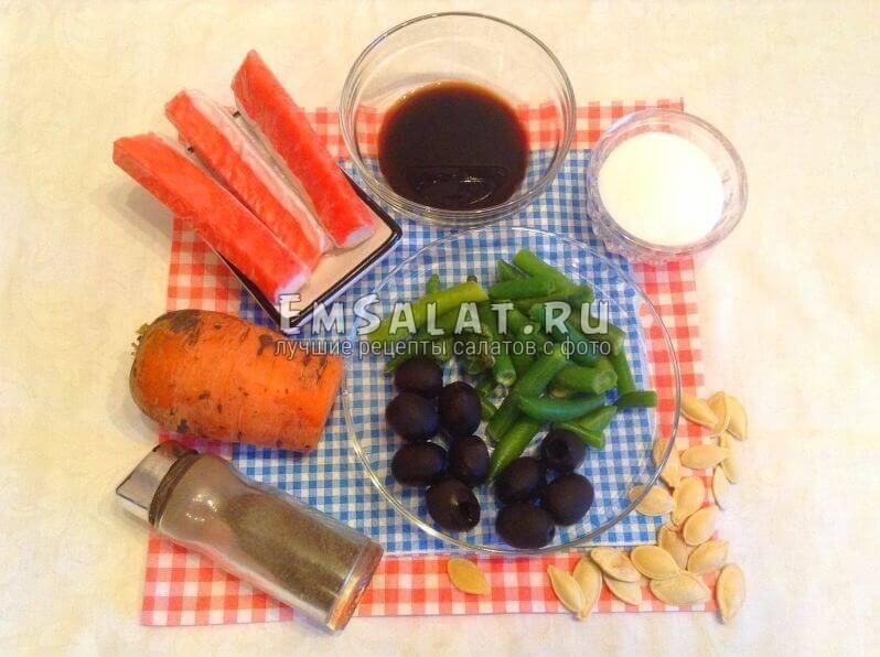 Крабовые палочки, маслины,соль, стручковый горох, перец, морковь, соевый соус, тыквенные семечки