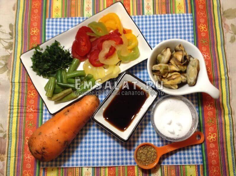 Соль, специи, соевый соус, перец, морковь, стручковый горох, мидии