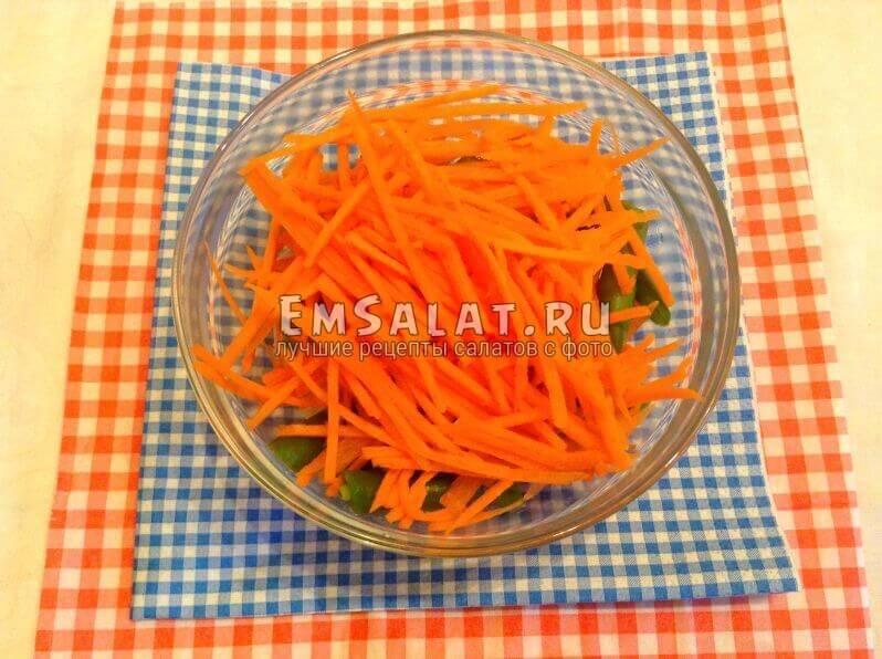 Крабовые палочки с вареным стручковым горохом и морковью
