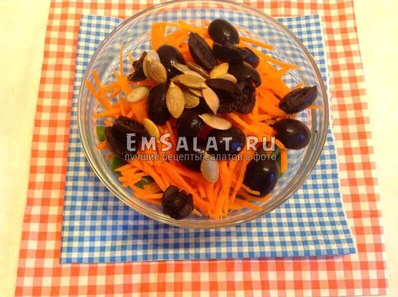 Крабовые палочки с вареным стручковым горохом, морковью, маслинами и семечками