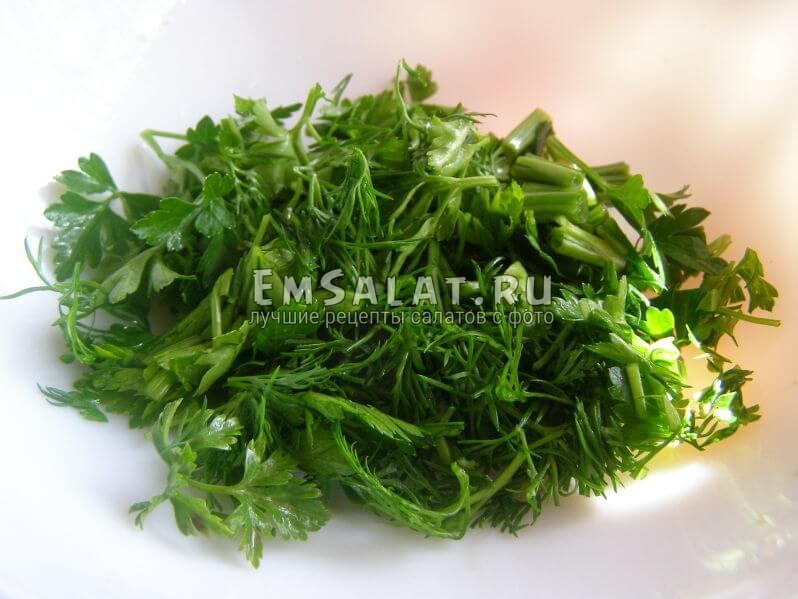 укроп, етрушка и зеленый лук нарезаны