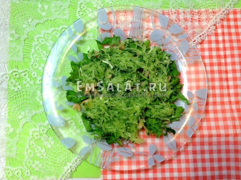 салат, креветки и огурец