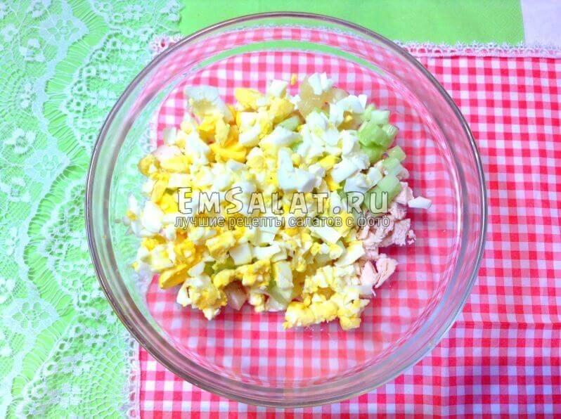 яйца, филе, огурец и ананас