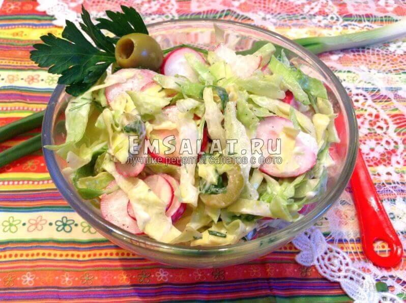 салат с оливками в пиале