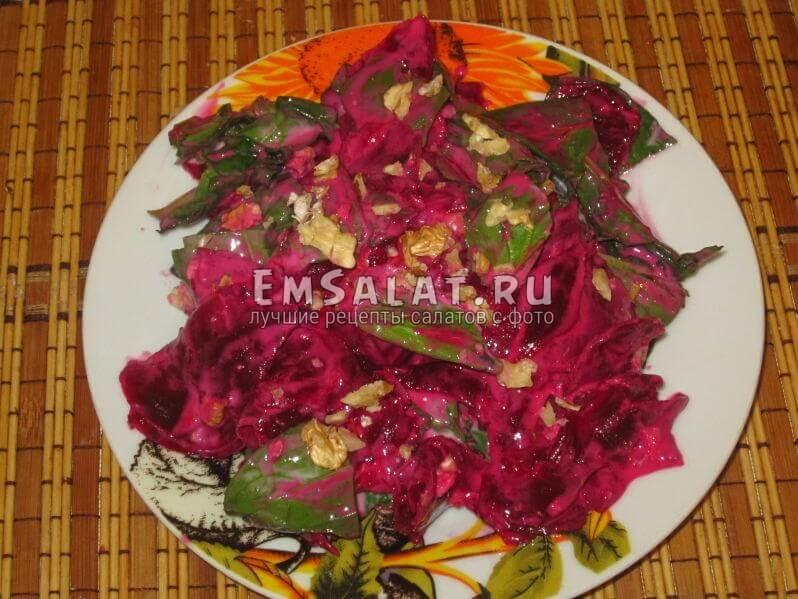 готовый салат с орехами заправленный йогуртом