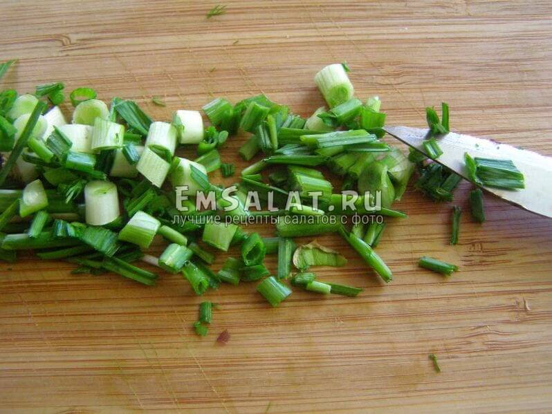 нарезанные лук и чеснок зеленые