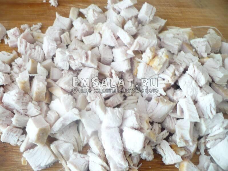 Нарезать куриное филе кубиками.