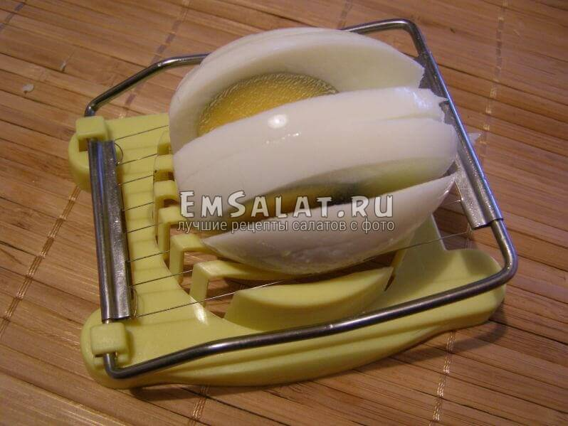 нарезанное яйцо