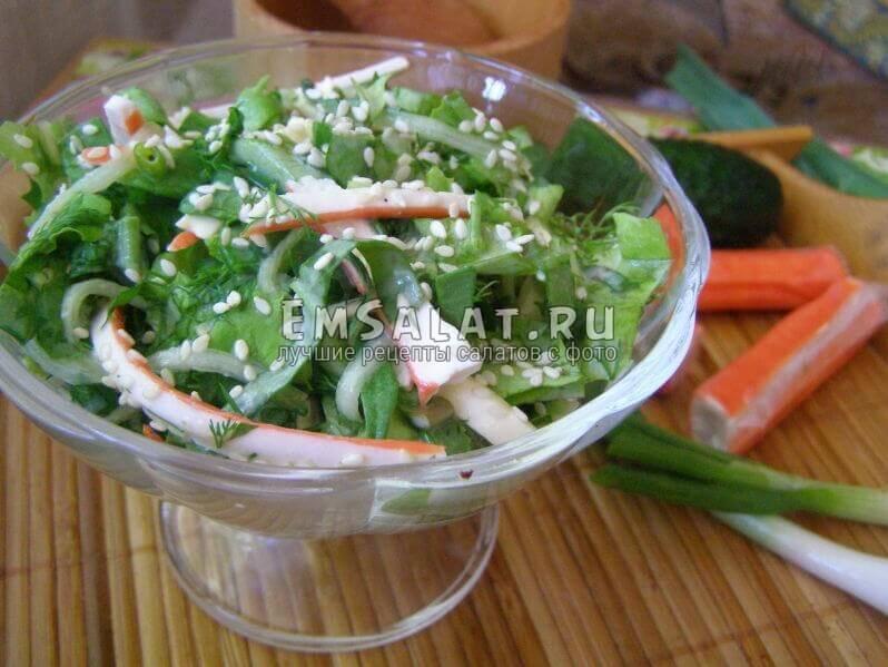 выложен салат в вазочку