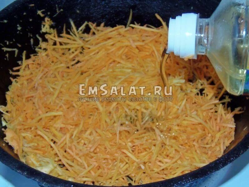 Нашинковать и поджарить морковь