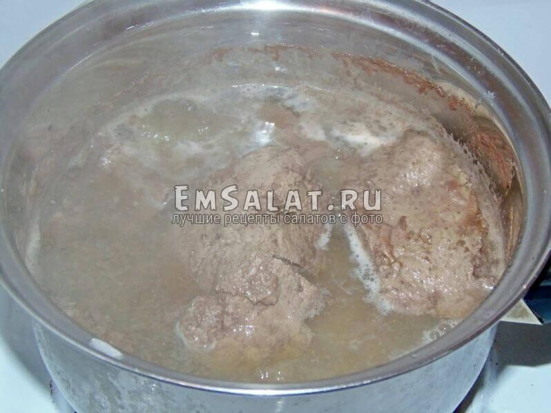 Отварить в подсоленной воде печень