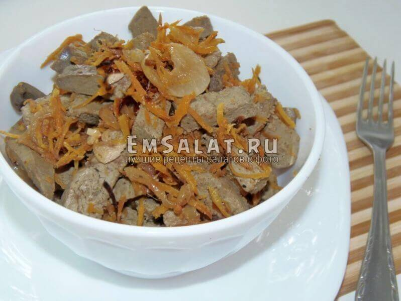 Печеночный салат с маринованным луком