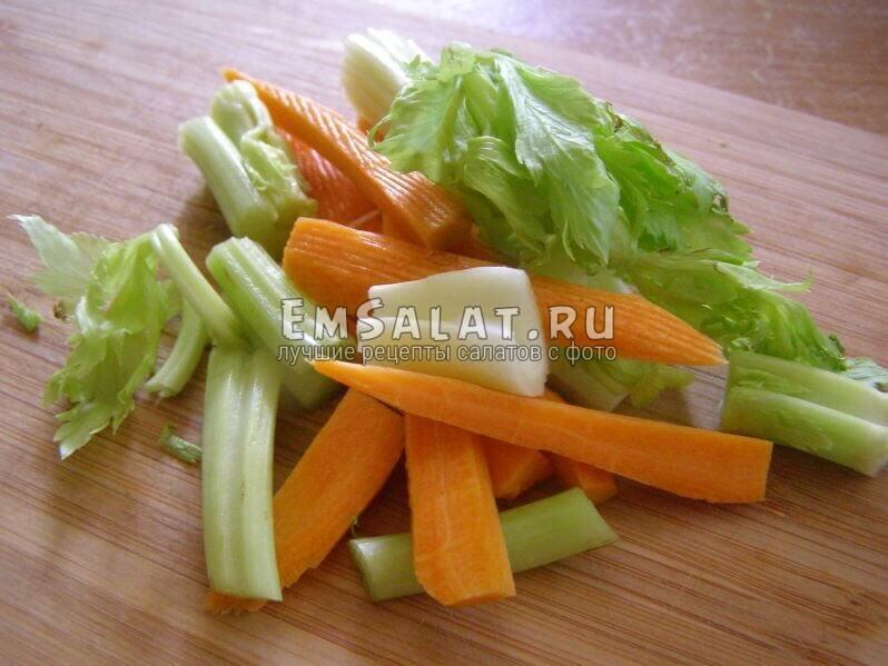 нарезанные морковка и сельдерей черешком