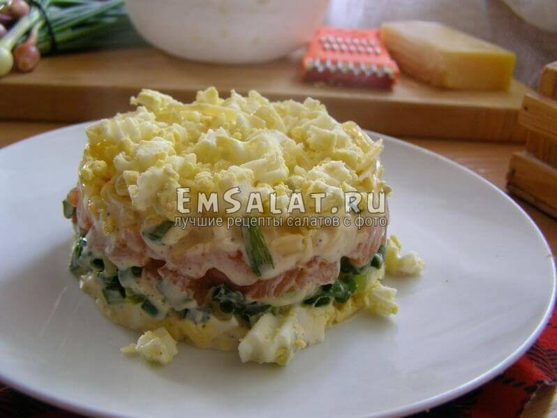 салат в тарелке