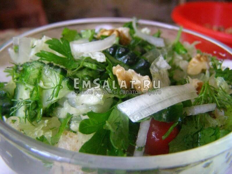 Салат деликатный в салатнике