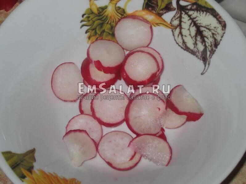 нарезанный кольцами редис в тарелке