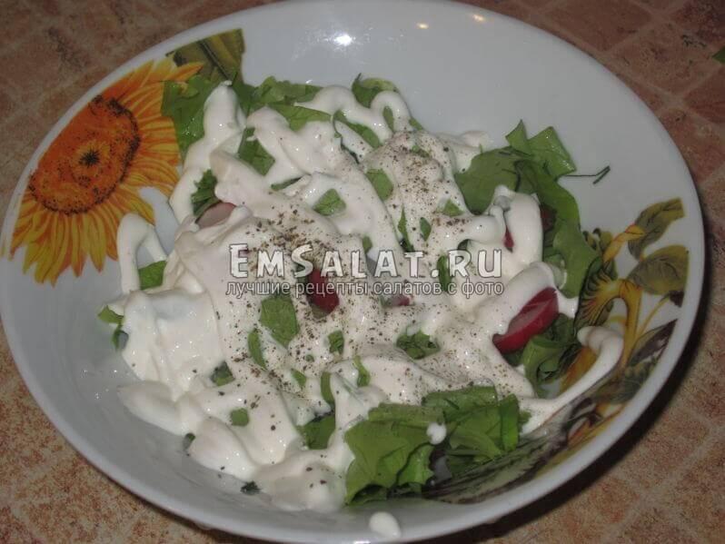 заправляем нарезанные в тарелке овощи сметаной