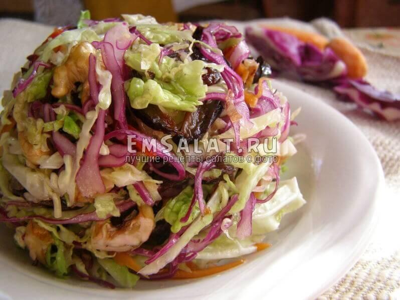 капустный салат в тарелке