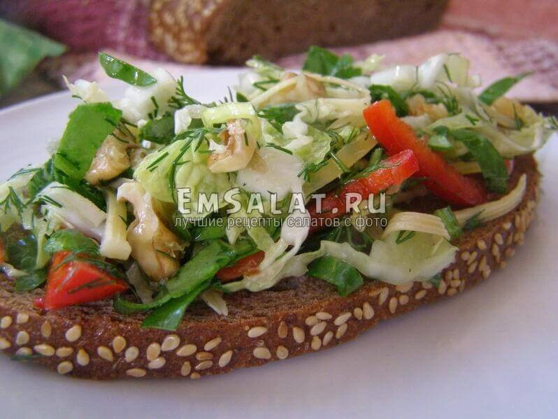 Салат из шпината на хлебе