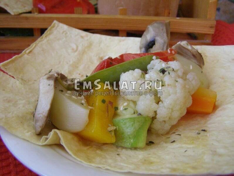 салат выложен в тарелку