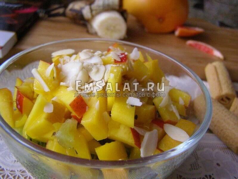 салат с манго в салатнике