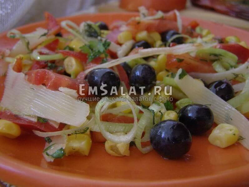Салат с виноградом и овощами в тарелке
