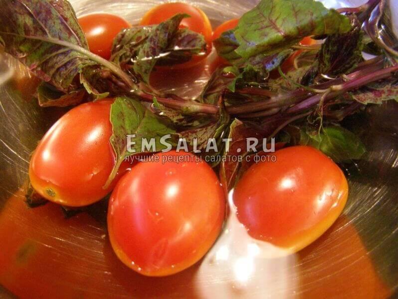 промытые помидорки и базилик