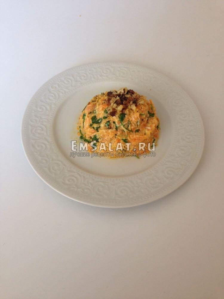 Готовый морковный салат с йогуртом и грецким орехом