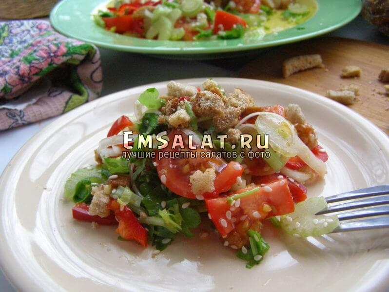готовый салат с чесночными сухариками