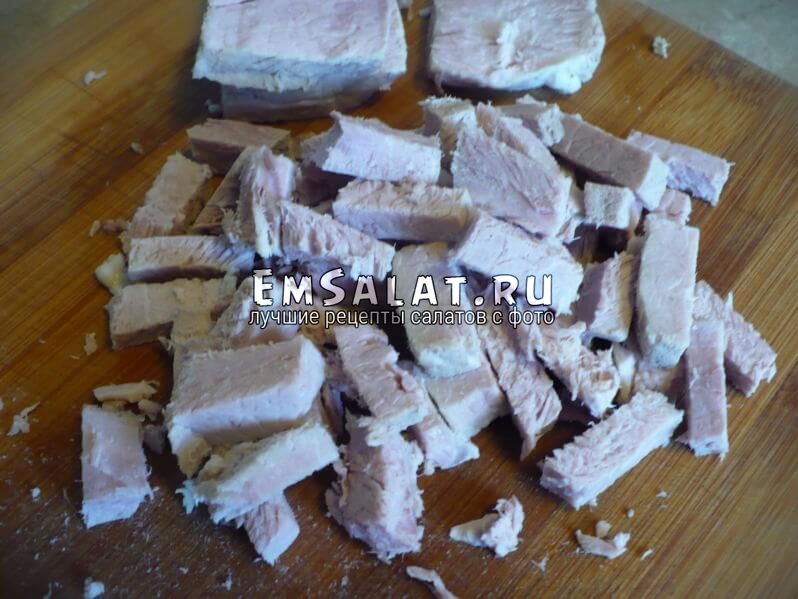 Нарезать мясо соломкой.