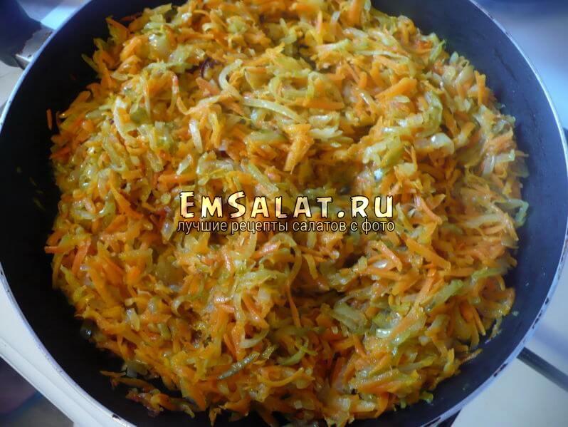 Обжарить лук, морковь и соленые огурцы.