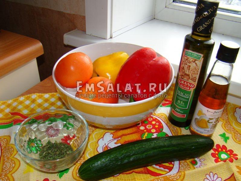 Все ингредиенты для нашего салата предварительно вымыты. 1 огурец, 1 красный перец, 1 желтый перец, 2 помидора, сушеная зелень, кунжутное и оливковое масло