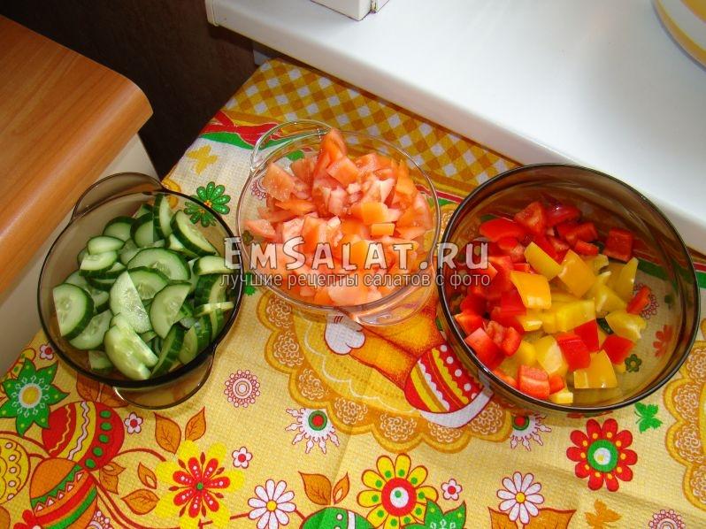 В первой тарелке у нас огурцы, нарезанные полукольцами. Во второй помидоры, нарезанные ломтиками, а в третьей перцы, нарезанные кубиками.