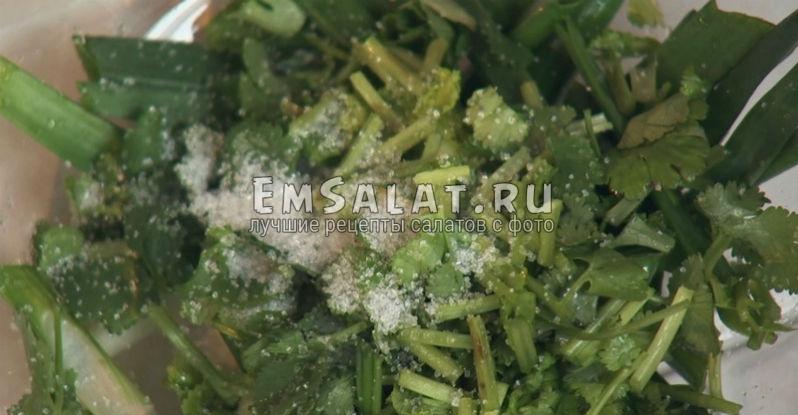 Зеленый лук с кинзой, перемешанные с сахаром