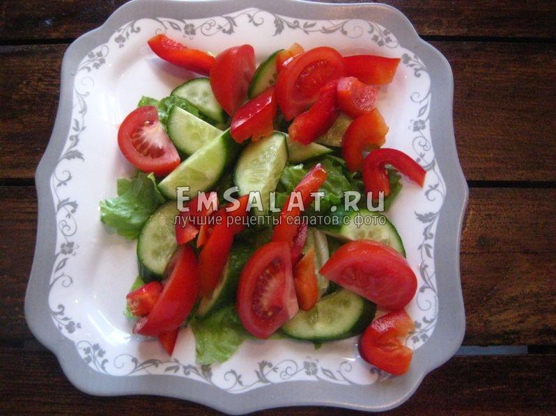 огурцы, помидоры перец на листьях салата