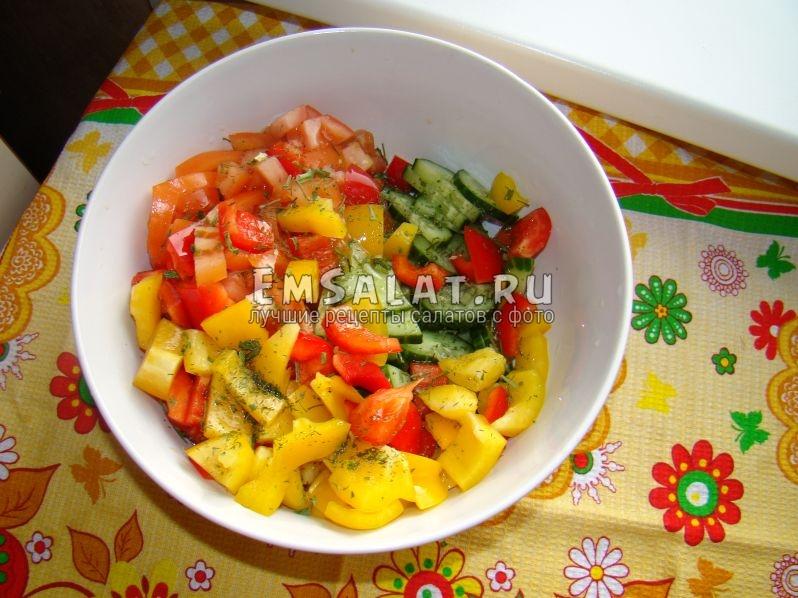 Добавляем соль по вкусу, кунжутное и оливковое масло, все перемешиваем и салат готов!