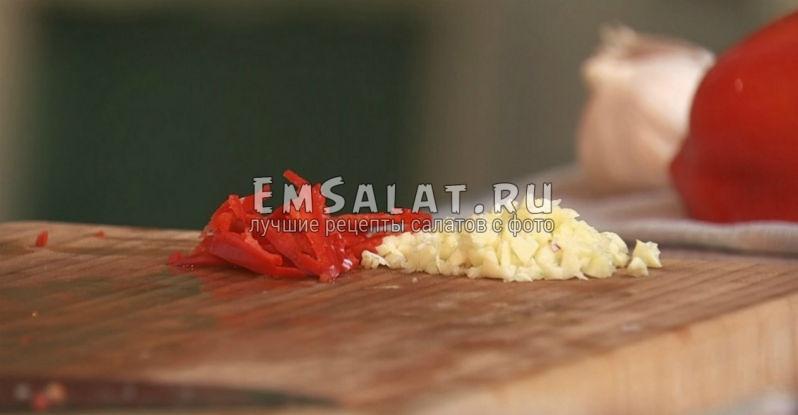 Мелко нарезанный имбирь с ломтиками перца чили