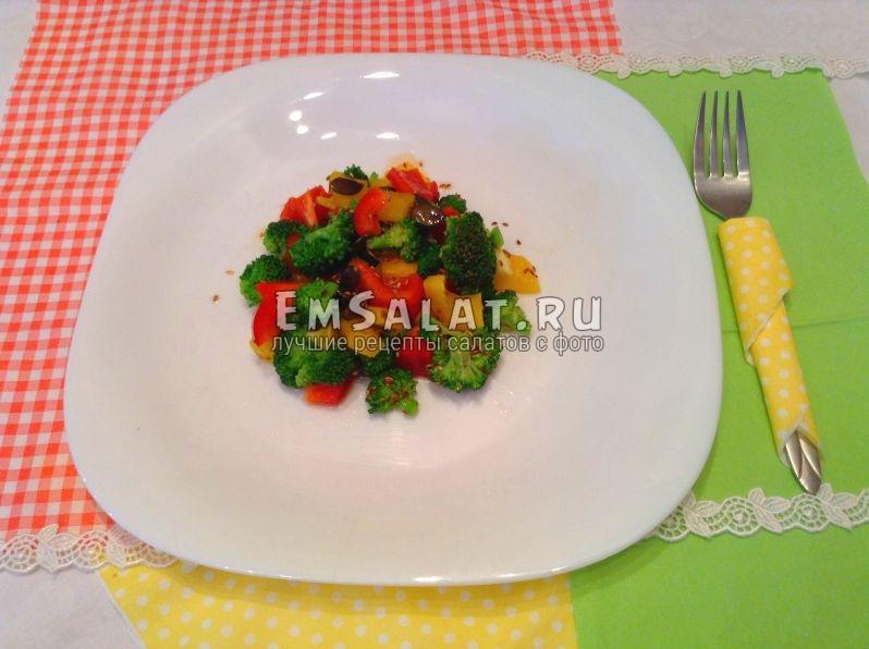 Готовый салат из капусты брокколи со сладким перцем, тыквенными семечками и кунжутом, заправленный не рафинированным подсолнечным маслом и соевым соусом.