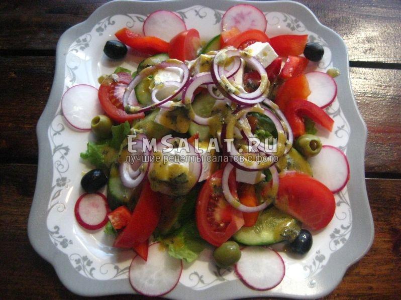 сыр Фета, оливки, маслины , лук и редис с заправкой для салата