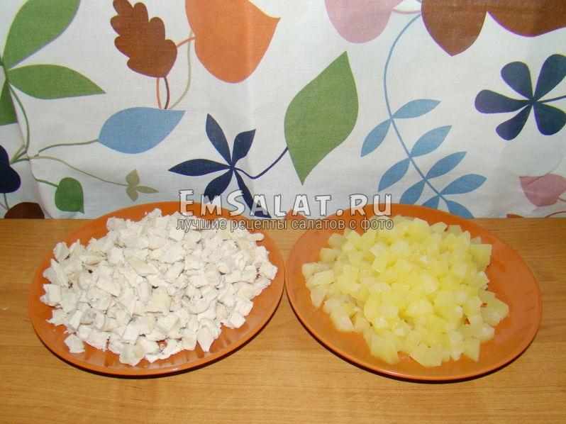 нарезанное куриное филе и ананасы