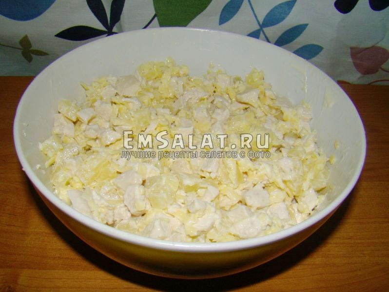 Салат с сыро, ананасами и чесночком в готовом виде
