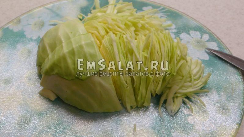 Тонкой длинной соломкой порезать белокочанную капусту