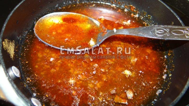 Паприку соединить с перцем, добавить к уксусу и чесноку, смесь влить в посудину с маслом доведенным до кипения