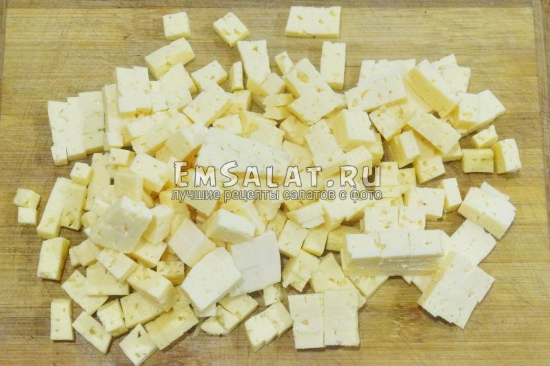 нарезать сыр кубиками