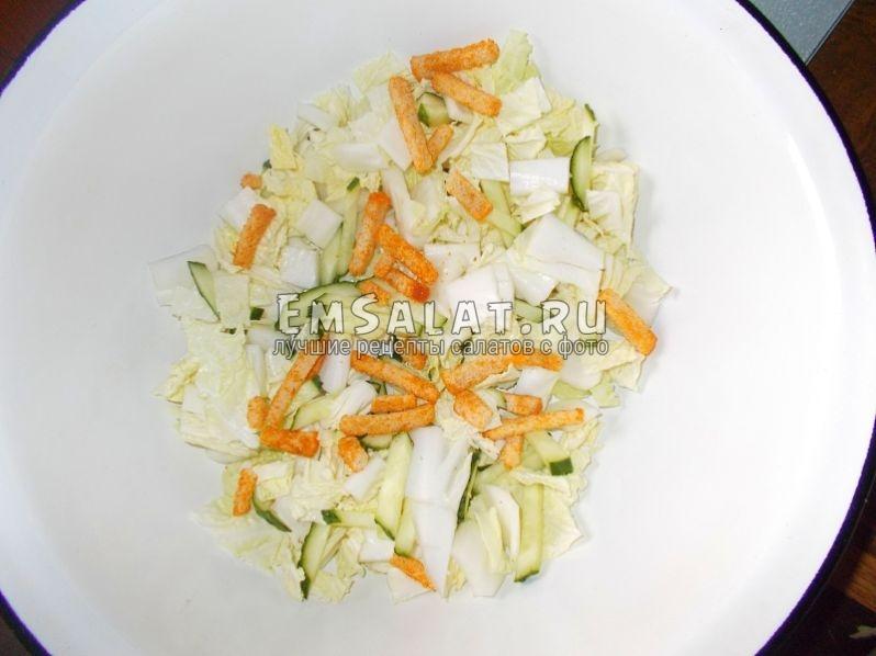 ингредиенты в миске с сухарями