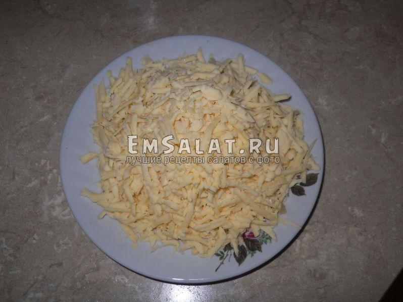 Сыр натереть на терке (лучше всего использовать сыры твердых и полутвердых сортов, я взяла Голландский)