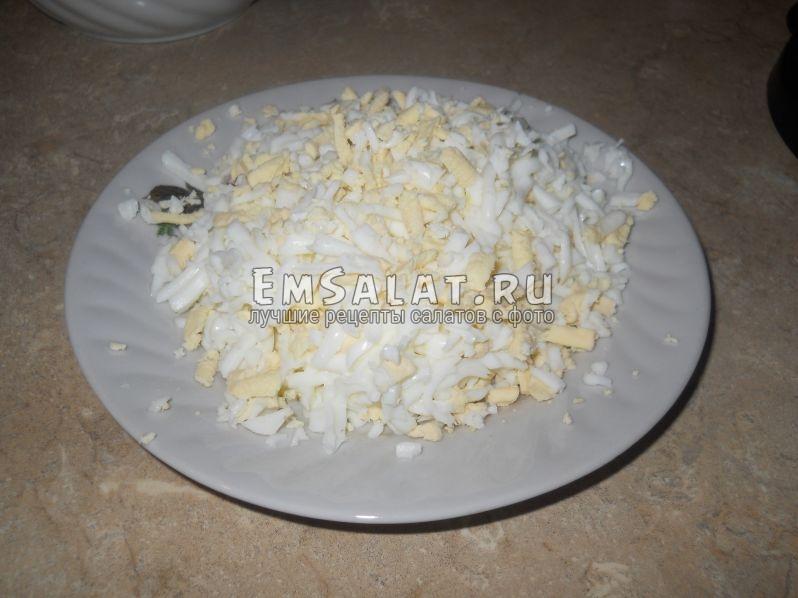 Три крупных яйца натереть на терке (или мелко порезать)