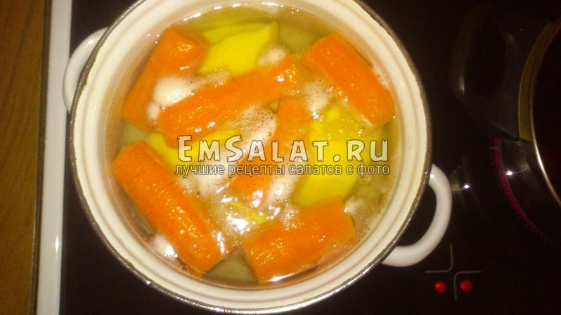 варятся морковь и картофель